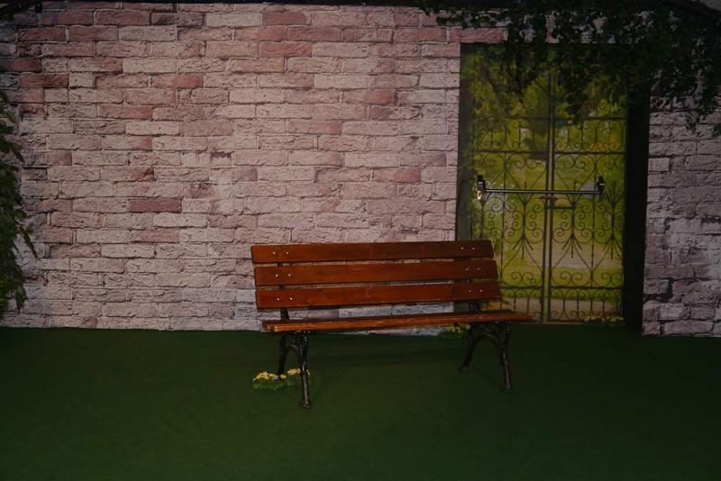 Décor de théâtre : mur de briques et tenture