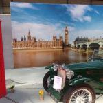 Décor  anglais sur un stand de vieilles voitures