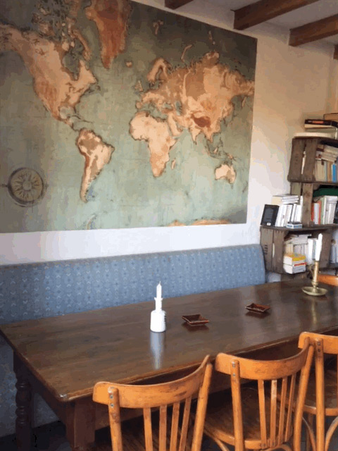 Poster carte du monde dans un bar restaurant