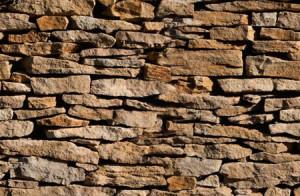 Trompe-l'oeil sur un mur de pierres