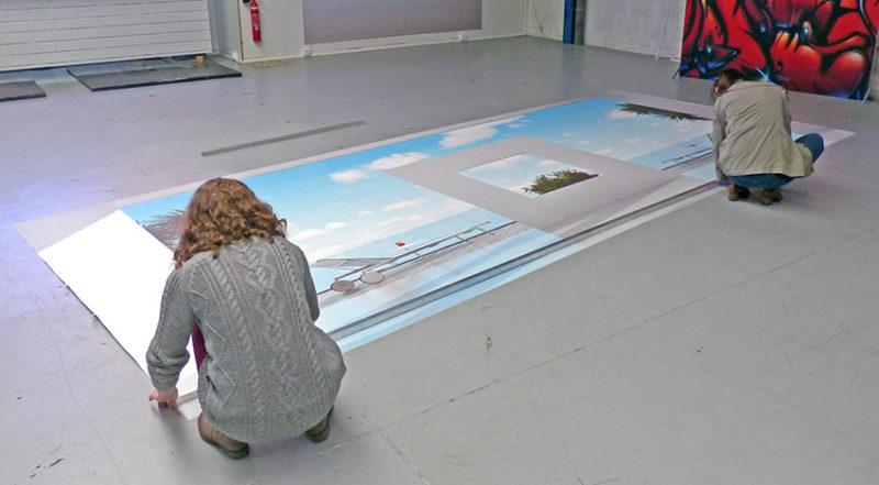 Coupe du Papier peint déroulé sur le sol